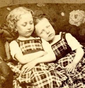Две сестры-близняшки. Девочка слева - мертва.