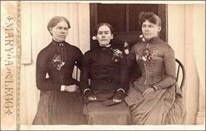 Три сестры на фоне дома.  Не сразу можно догадаться где покойная... (в центре)