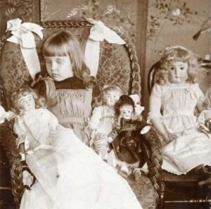 Девочка со своими куклами. Кажется, просто спит...