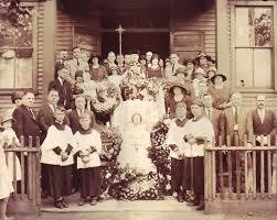 Родственники и друзья на фоне гроба с покойным.
