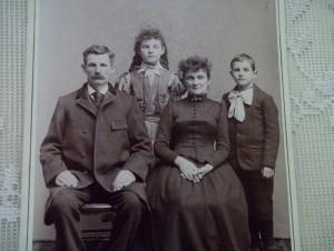 С виду обычное семейное фото...